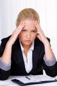 Frau mit Migräne in Büro